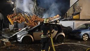 Haus stürzt bei Feuer ein