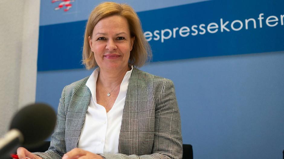 Wahlkampf in Wiesbaden: Die hessische Generalsekretärin der SPD, Nancy Faeser, ist beeindruckt vom Erfolg Gert-Uwe Mendes.