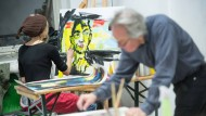 Wer mag, kann jeden Tag Hand anlegen: Das wichtigste auf dem Weg zur Kunst sei der Austausch. Mit viel Einsatz sind die Kursteilnehmer der Freien Kunstakademie Frankfurt bei der Sache.