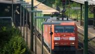 Lärmgeplagt: Im Mittelrheintal, wie hier in Niederwalluf bei Eltville, soll der Güterverkehr neu geordnet werden.
