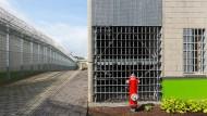 In den vergangenen Jahren wurden weitere Plätze für den Strafvollzug geschaffen. Der neue Gefängniskomplex in Frankfurt-Preungesheim ist auch für extremistische Täter ausgelegt.