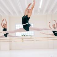 Hingabe, viel Zeit und Verzicht: Schülerinnen während der Ballettstunde