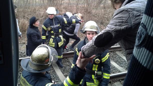 Feuerwehr evakuiert S-Bahn nach Oberleitungsstörung