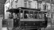 """Diese im Volksmund """"Knochenmühle"""" genannte Tram fuhr von 1884 an zwischen Frankfurt und Offenbach auf der damals längsten elektrischen Strecke der Welt, gebaut von Siemens"""