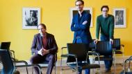 Drei Männer in Betrachtung des Fotografen: Hauke Hückstädt, Leiter des Frankfurter Literaturhauses, Jan Vlak, künstlerischer Leiter des Romantik-Festivals, und Programmassistent Benno Hennig von Lange (von links)