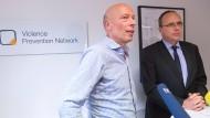Einsatz gegen Salafisten: Thomas Mücke, Mitbegründer und Geschäftsführer von Violence Prevention Network, und Innenminister Peter Beuth