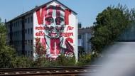 """Ein Portrait des ehemaligen Eintracht-Superstars Anthony Yeboah auf einer Hauswand in Frankfurt. Er war Teil des legendären Spielstils """"Fußball 2000""""."""