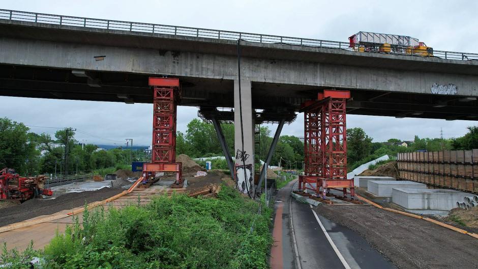 Die marode Salzbachtalbrücke bei Wiesbaden soll demnächst gesprengt werden. Was mit dem auf der Brücke verbliebenen Fahrzeug geschieht, ist unklar.