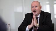Die Hände zum Himmel: Der neue Interxion-Geschäftsführer Bernard Geoghegan hofft auf weiter gute Geschäfte für seine Rechenzentren - und geht auch davon aus
