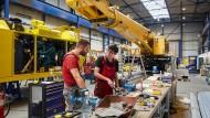 Kräne für die Welt: Mitarbeiter des Kirow-Werks in der Montagehalle in Leipzig