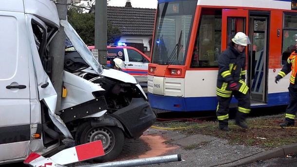 Unfall von Straßenbahn mit Kleintransporter