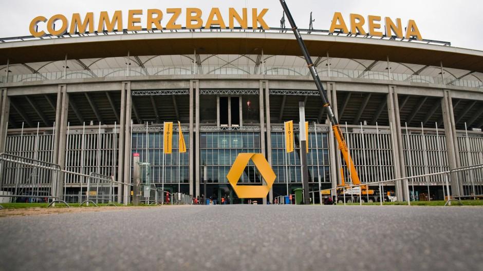 Unmut im Magistrat: Oberbürgermeister Peter Feldmann (SPD) hat im Streit um den Parkplatz an der WM-Arena eingelenkt.