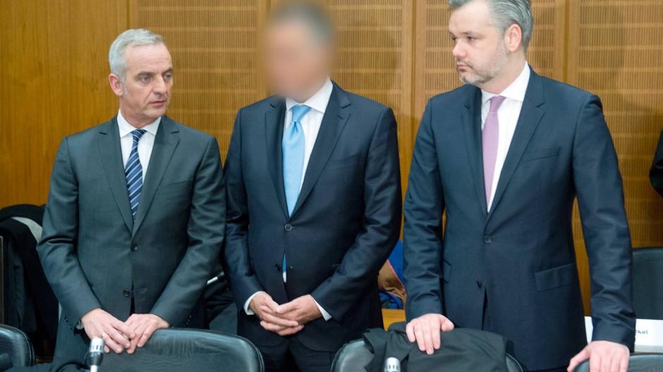 Er hat neben Ardi Goldman in Cargo City Süd investiert – ob legal, wird sich zeigen: der Unternehmer Jürgen H. (Mitte) mit seinen Anwälten vor dem Landgericht.