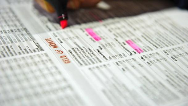 Geldmarkt - Ein Zeitungsleser schaut sich die Entwicklung am Geldmarkt in der Frankfurter Allgemeinen Sonntagszeitung an.