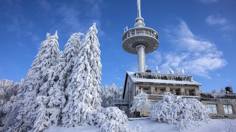 """Sehnsuchtsort: Wintersport fällt laut Vogelsbergkreis nicht unter den Begriff """"tagestouristischer Ausflug"""", nur ist etwa die Zufahrt zum Hoherodskopf von 9 bis 16 Uhr gesperrt"""