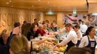 """Beliebter Mittagstreff: Wer einen Platz an der Theke des """"Frischeparadieses"""" haben möchte, sollte vorher reservieren."""