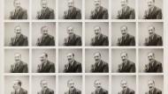 """Der Ausweis des Auswanderns: Passfotos aus dem Jahre 1940. Aus dem Autor Stefan Zweig war nach Ausbruch des Zweiten Weltkrieges ein """"feindlicher Ausländer"""" geworden."""