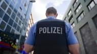 Immer wieder rücken Polizisten ins Frankfurter Bahnhofsviertel aus - aber selten aus einem so skurrilen Grund wie dieses Mal (Symbolbild)