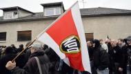Anhänger der rechtsextremen NPD bei einer Demonstration im hessischen Friedberg