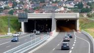 Untertunnelt: Der Verkehr auf der Autobahn 66 rollt unter Neuhof durch den Berg.