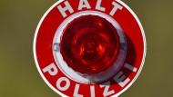 Stopp: In Mittelhessen stoppte die Polizei einen Raser mit Waffen und Drogen im Auto und zudem einen Autodieb ohne Führerschein