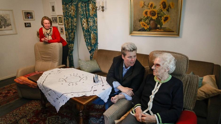 Zu dritt ist man weniger allein: Hannelore Uhlig (links) beobachtet, wie gut sich ihre Mutter Johanna (rechts) mit Diana Hohmann versteht.