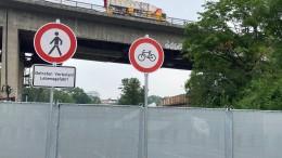 Kran soll Lastwagen von Salzbachtalbrücke heben