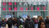 An der Universität Kassel hat ein junger Mann seine Position als studentischer Mitarbeiter ausgenutzt und in sechs Fällen Noten verbessert.