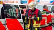 Großbrand im Ortsteil Bergheim: Ein Autofahrer bemerkte das Feuer auf dem Gutshof in Edertal. Er alarmierte die Polizei und weckte die Anwohner auf. (Symbolbild)
