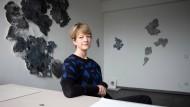 Die Künstlerin und ihr Werk: Verena Freyschmidt in ihrem Atelier in den Zollamt Studios an der Frankfurter Straße in Offenbach