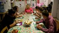 """Mahlzeit: Pflegemutter Maria Losynska im Kreise ihrer Schützlinge in Kiev, sie arbeitet für den den Verein """"Our Kids"""""""