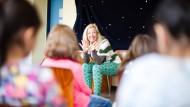 """Es war einmal: Schauspielerin Friederike Schreiber erzählt in der Hostatoschule in Höchst Märchen, damit die Kinder besser Deutsch lernen. Die """"Erzähl-Zeit"""" ist eines der Projekte, die das Theaterhaus initiiert hat."""