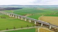 Ein ICE fährt über die eine Bahntrasse bei Ohlenrode in Niedersachsen. Bald wird die Hochgeschwindigkeitsstrecke zwischen Kasel und Hannover gesperrt sein.