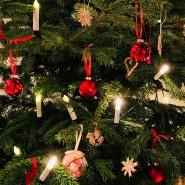 Die Mischung macht's: Lichterkerzen mit und ohne Kabel am Weihnachtsbaum