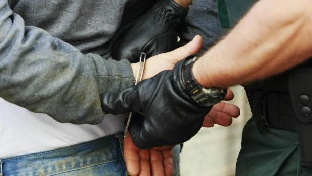 Zoellner suchen auf Baustellen nach Schwarzarbeitern und illegal Beschaeftigten
