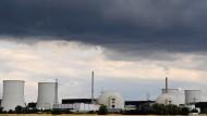 Teurer Betriebsstopp: Für das stillgelegte Atomkraftwerk Biblis verlangt der Versorger RWE 235 Millionen Euro Schadensersatz.