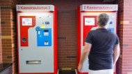 Geld vergessen, was nun? Wer im Parkhaus steht und sein Ticket nicht bezahlen kann, drückt die Ruftaste am Automaten, um Hilfe zu erhalten.