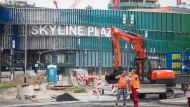 Ausbau: Das unter der Dauerbaustelle leidende Einkaufszentrum Skyline Plaza soll eine unterirdische U-Bahn-Station bekommen