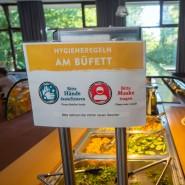 Regelkunde: Am Buffet in Wiesbaden müssen Herbergsgäste eine Maske tragen.