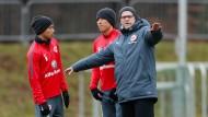 Richtungweisend: Trainer Schaaf zeigt Inui (l.) und Hasebe den Laufweg.