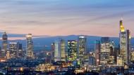 Finanzbranche im Wandel: Die Digitalisierung wird auch die Mitarbeiter in den Hochhäusern der Frankfurter Bankenskyline beschäftigen.