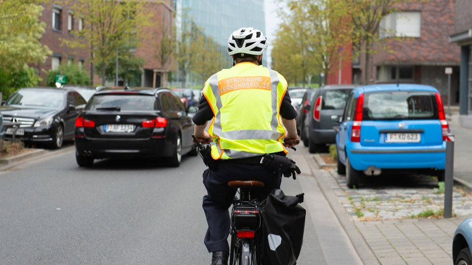 Streifzug: Auch die Verkehrspolizei hilft nun bei Kontrollen der Corona-Regeln in Frankfurt.