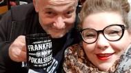 Feierlaune: Julia Schmidt, Wahl-Londonerin und Eintracht-Fan, mit einem Anhänger der SGE