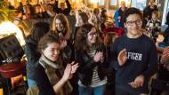 Applaus: Austauschschüler aus Frankreich in Frankfurt freuen sich über die ersten Hochrechnungen und singen die Nationalhymne von Frankreich