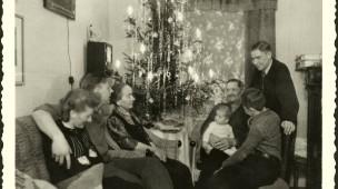 Gemütliches Zusammensein: eine Familie an Weihachten in den 1940er Jahren
