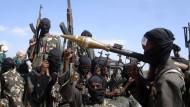 Kämpfer der Shababb-Miliz am Rande der somalischen Hauptstadt Mogadischu am 8. Dezember 2008
