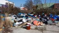 Müll allüberall: Im Roma-Lager an der Gutleutstraße in Frankfurt