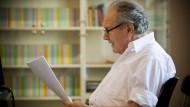 """Der Autor und sein Text: Im Juli 2010 diktiert Peter Kurzeck im Frankfurter Literaturhaus freiwilligen Helfern das Manuskript seines Romans """"Vorabend""""."""