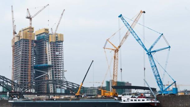 Neue Mainbrücke - Auf einem Schiff kommen Teile der neuen Brücke, die  sich im Frankfurter Osten  über den Main spannen wird und das geplante Hauptquartier der Europäischen Zentralbank (EZB) an den Autoverkehr anschließt.