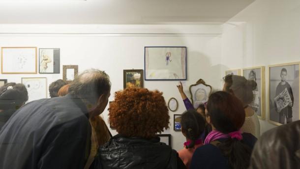 Ausstellung Movida - Kinder aus prekären Verhältnissen präsentieren ihre selbst gemalten Bilder während einer Ausstellungseröffnung